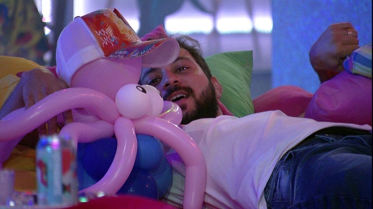 Juliette chama boneco de Rodolffo, e Caio fica abraçado com ele durante Festa da Líder