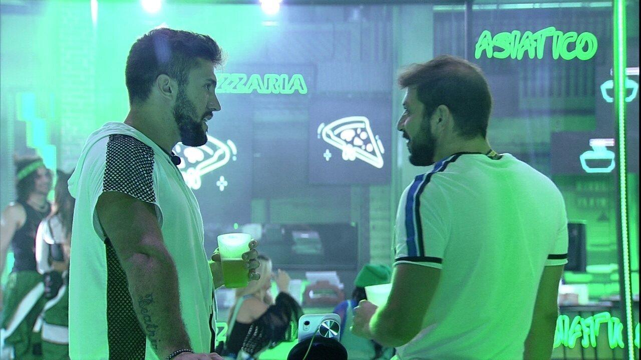 Arthur e Caio fazem 'aposta' sobre permanência no BBB21