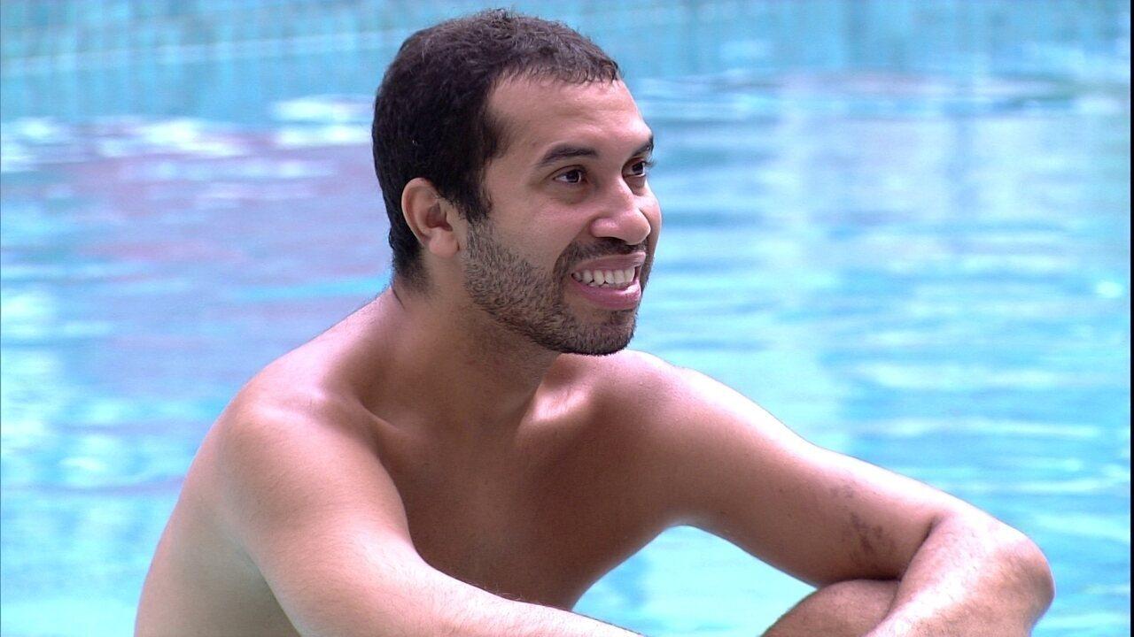 Gilberto lembra sorriso após receber placa no Jogo da Discórdia: 'Foi bem falso´