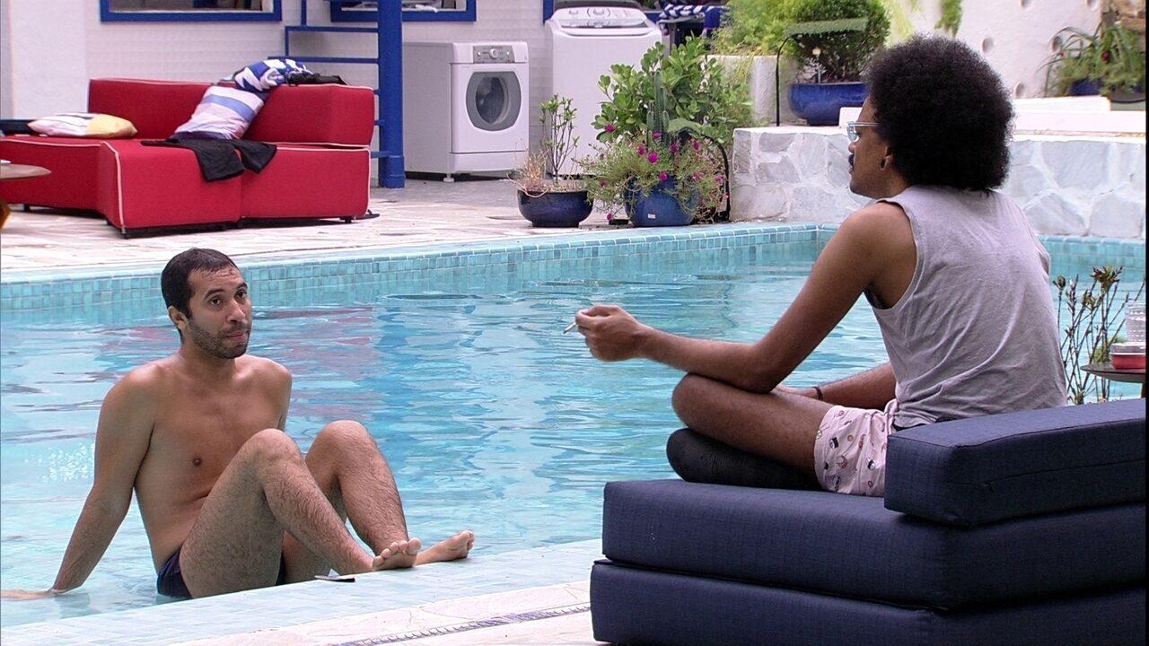 No BBB21, Gilberto analisa situação de um brother: 'Ele ficou sentido por causa da Thaís'