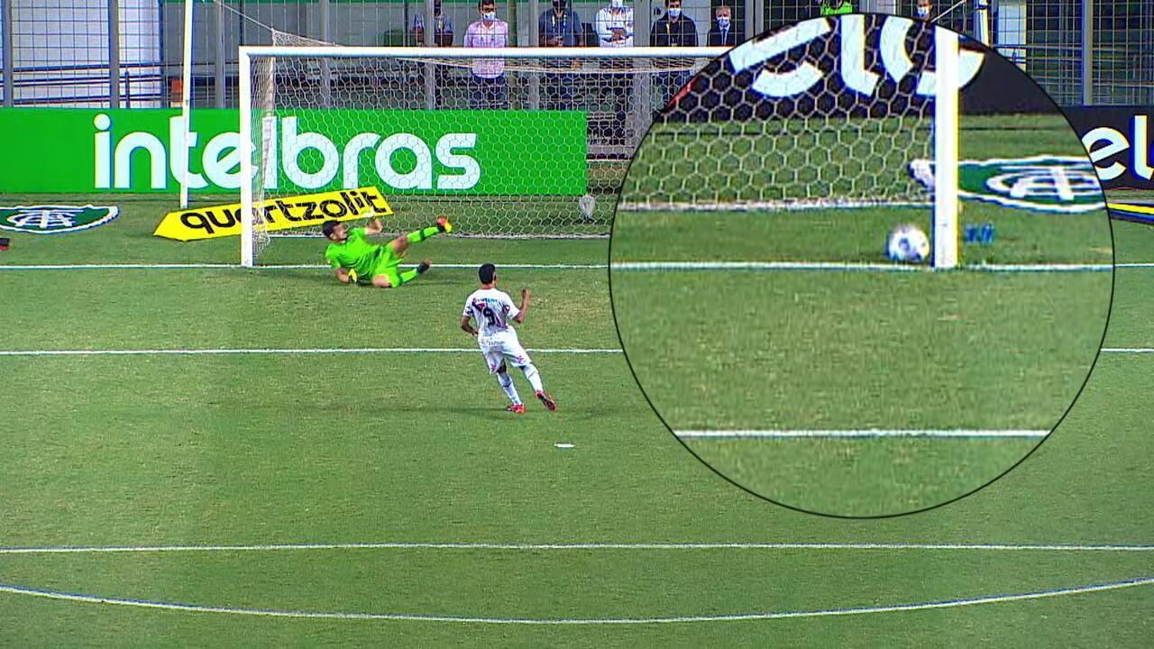 Imagem mostra que cobrança de Adilson Bahia entrou no gol, mas arbitragem não viu