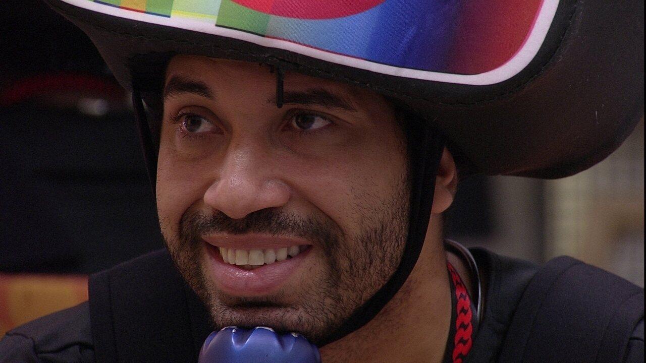 Brothers curtem Presente do Anjo no BBB21 e Gilberto comenta: 'Que lindo'