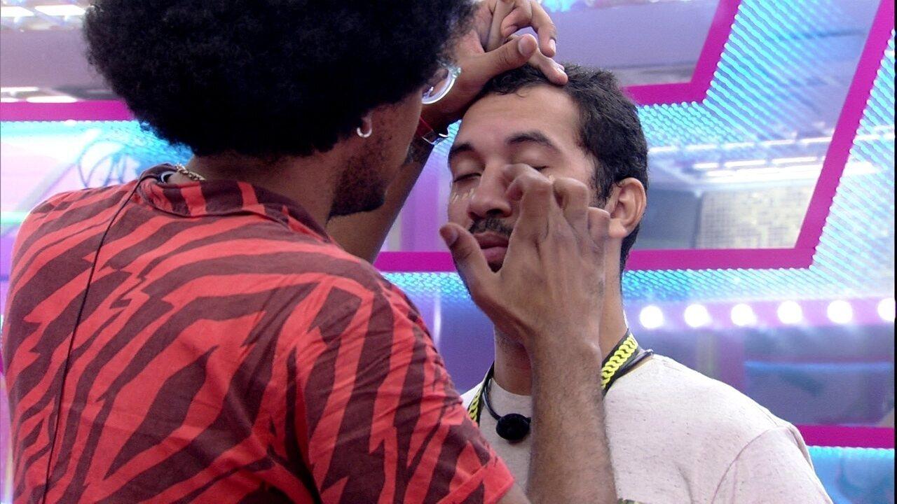 João Luiz ajuda Gilberto a se maquiar no BBB21: 'Vamos passar corretivo'