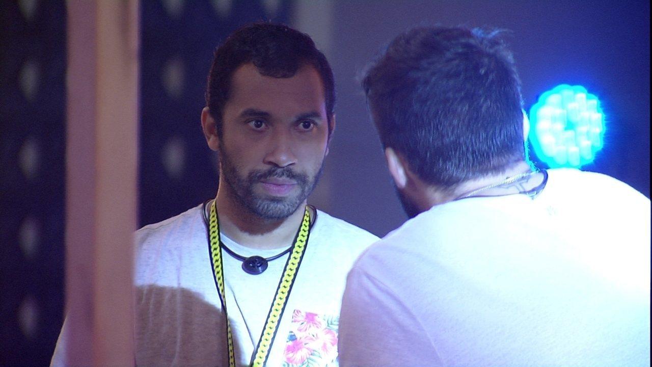 Gilberto conta para Arthur que gostaria de ter dado o Vip para o brother