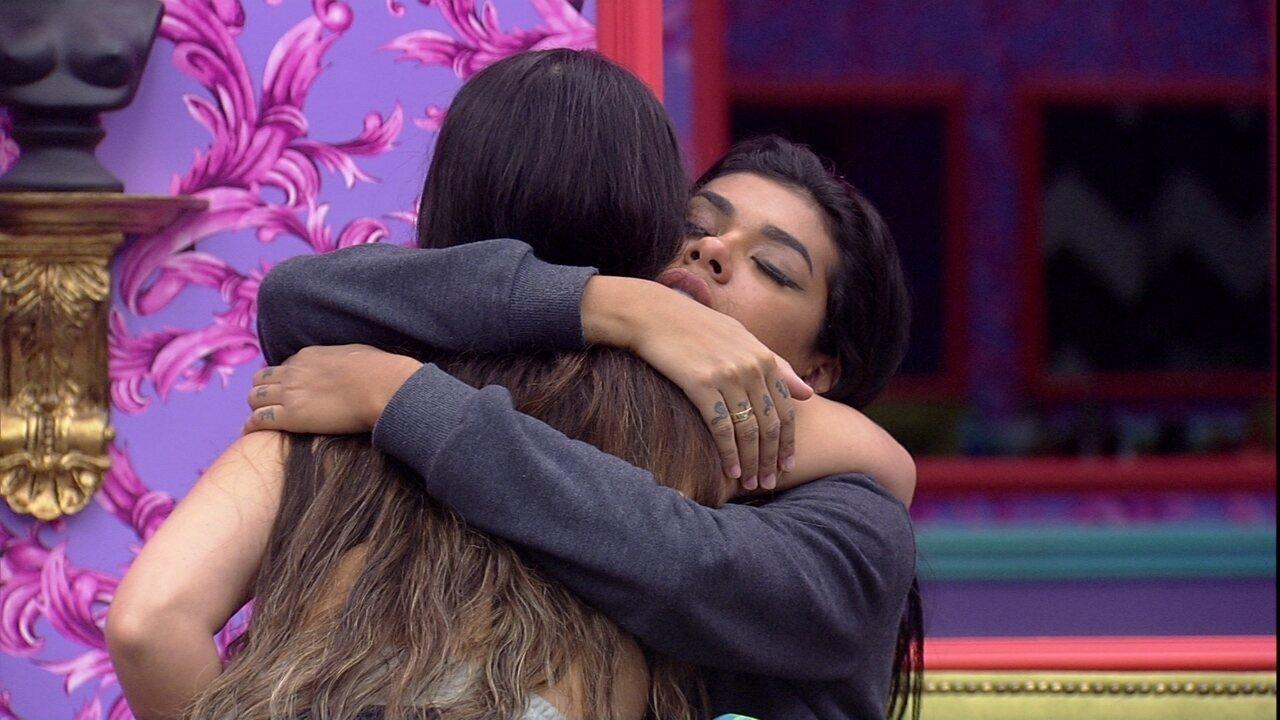 Emparedada, Pocah recebe abraço de Juliette, que a elogia: 'Você é maravilhosa'