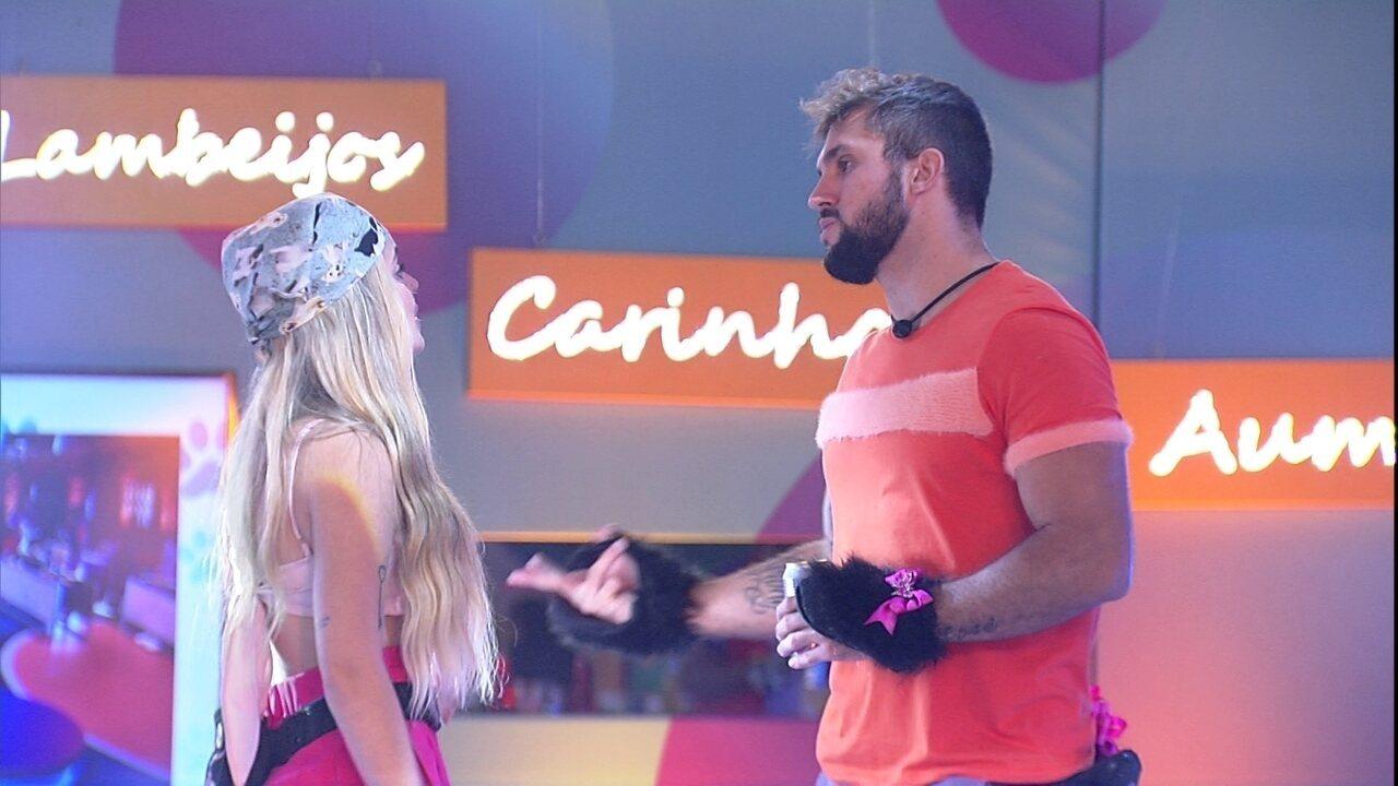 Arthur comenta com Viih Tube sobre contragolpe dela no Paredão do BBB21