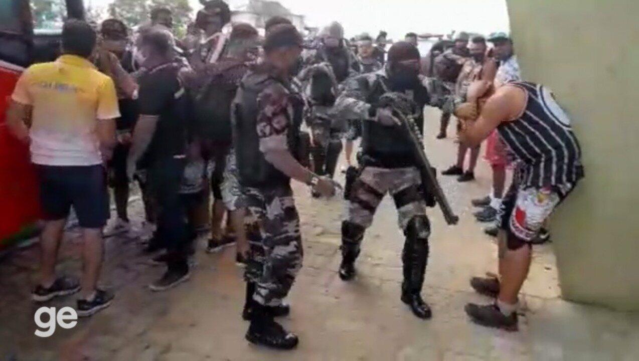 Torcida do River-PI cerca saída dos jogadores, e PM atira para afastar protesto