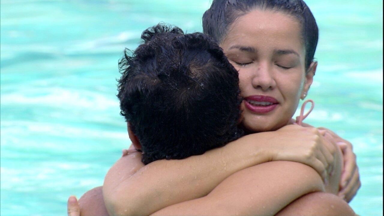 Juliette e Gilberto pulam de mãos dadas na piscina: 'Obrigado pela nossa trajetória´