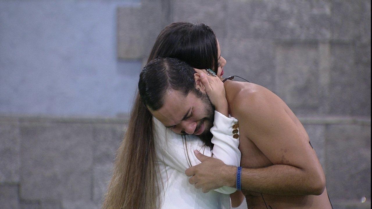 Gilberto chora ao som de 'Indestrutível', enquanto dança com brothers do BBB21