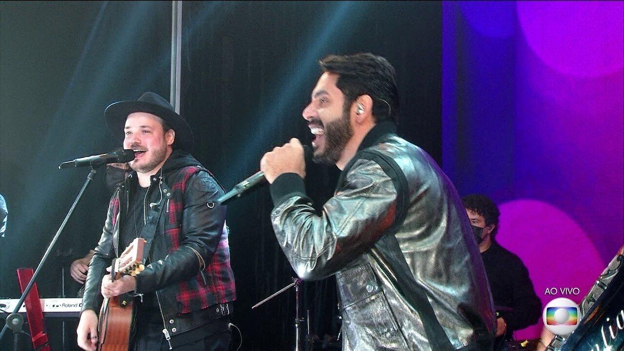 Israel e Rodolffo cantam o sucesso 'Batom de Cereja' na Final do BBB21
