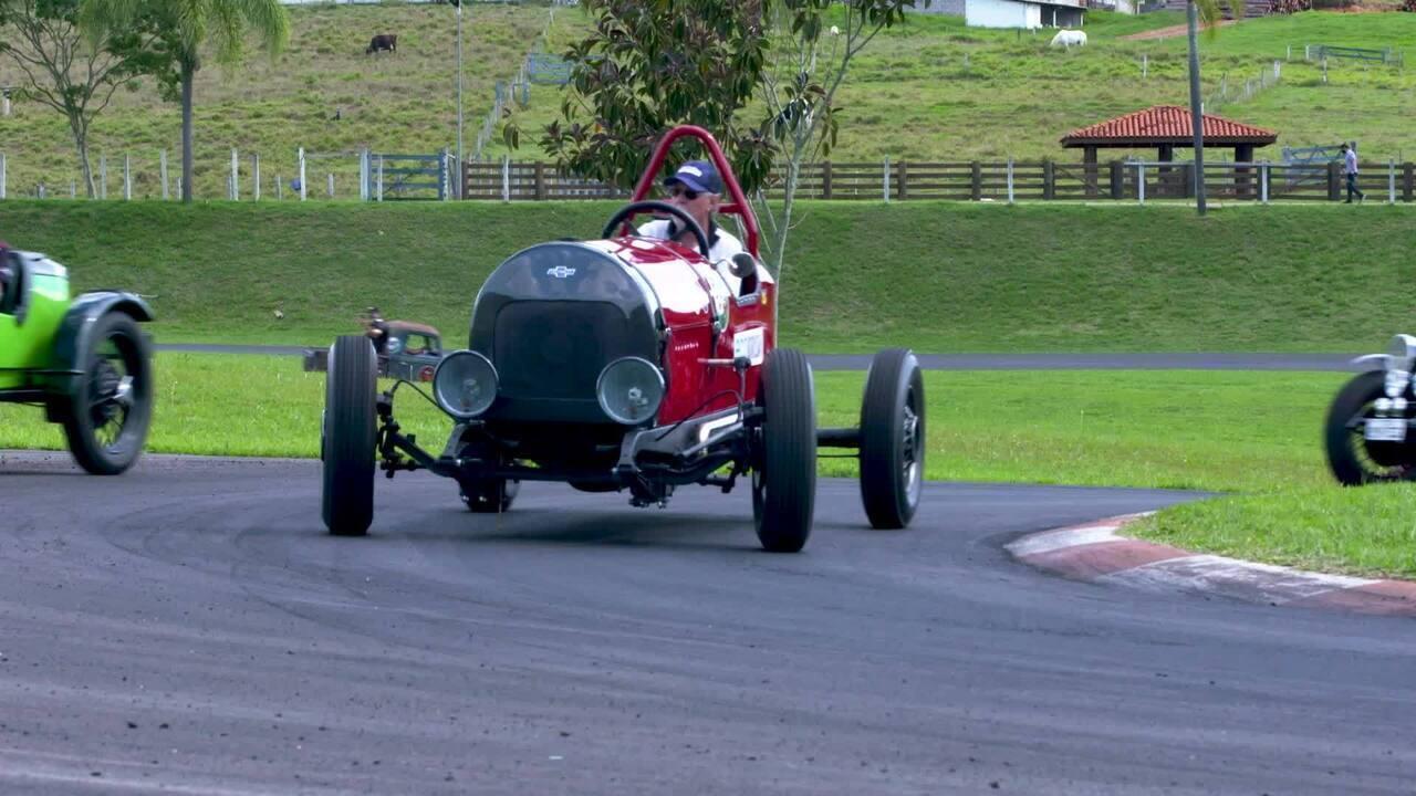 Carros antigos são colocados à prova na pista