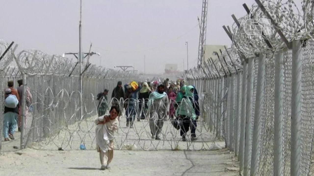 Afgani fuggono in Pakistan dopo l'avanzata dei talebani