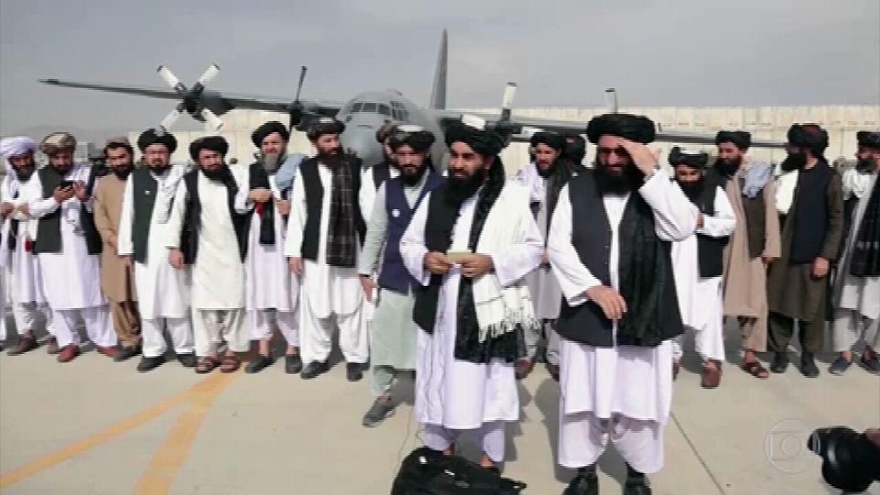 Um dia após retirada americana, afegãos buscam outros caminhos para deixar o país