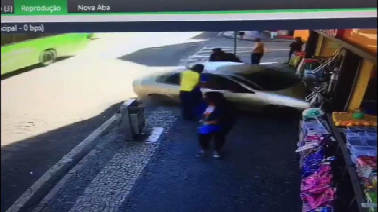 Carro invade loja em Duque de Caxias