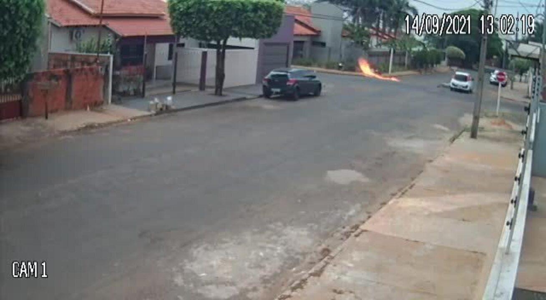 VÍDEO: Moto pega fogo após ser atingida por carro em Tangará da Serra (MT)