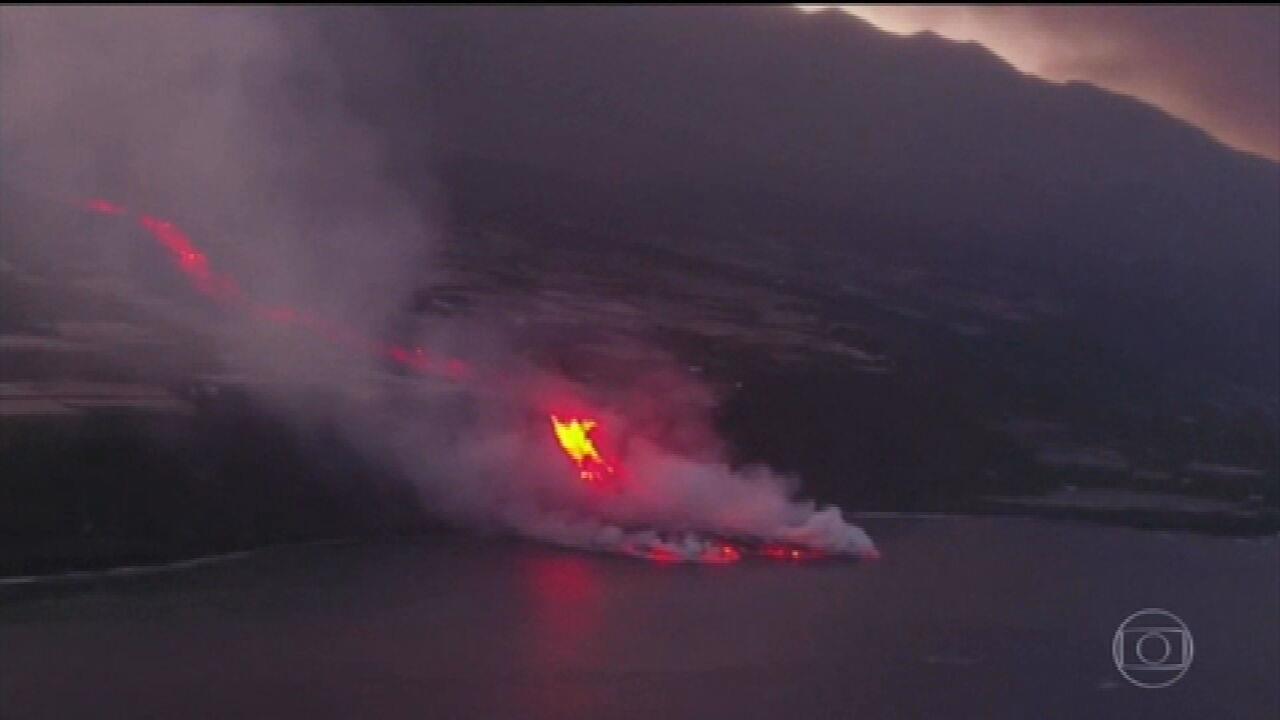 Autoridades orientam moradores da ilha de La Palma a se isolar em casa após lava de vulcão atingir o mar