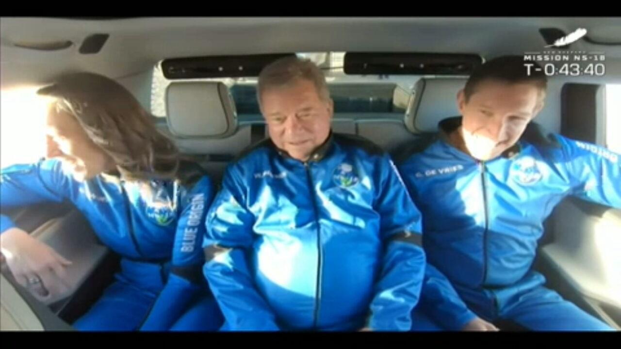 'Capitão Kirk' e outros tripulantes são levados para foguete da Blue Origin